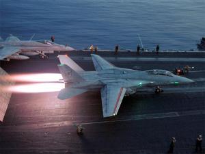 すっごい燃えてますね。手前がF-14で奥がF/A-18です。